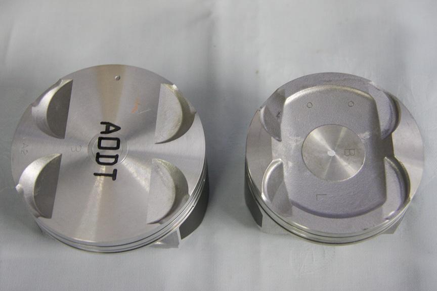 EJ20(左)とFB20(右)のピストン。ボアは92φから84φと小径化された。燃焼室形状も大幅に異なる