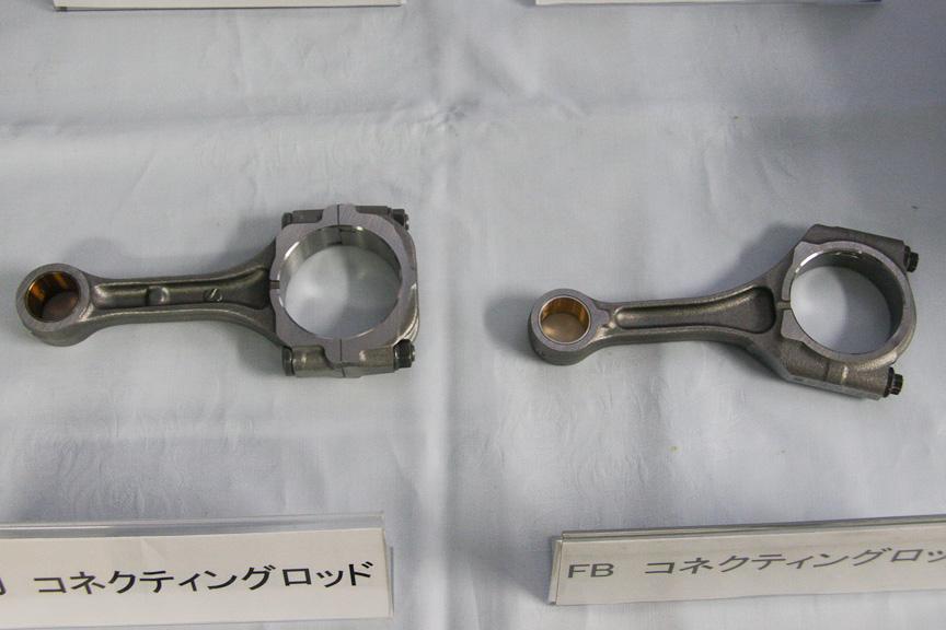 EJ20(左)とFB20(右)のコンロッド。ピストンピンのサイズの違いが分かる