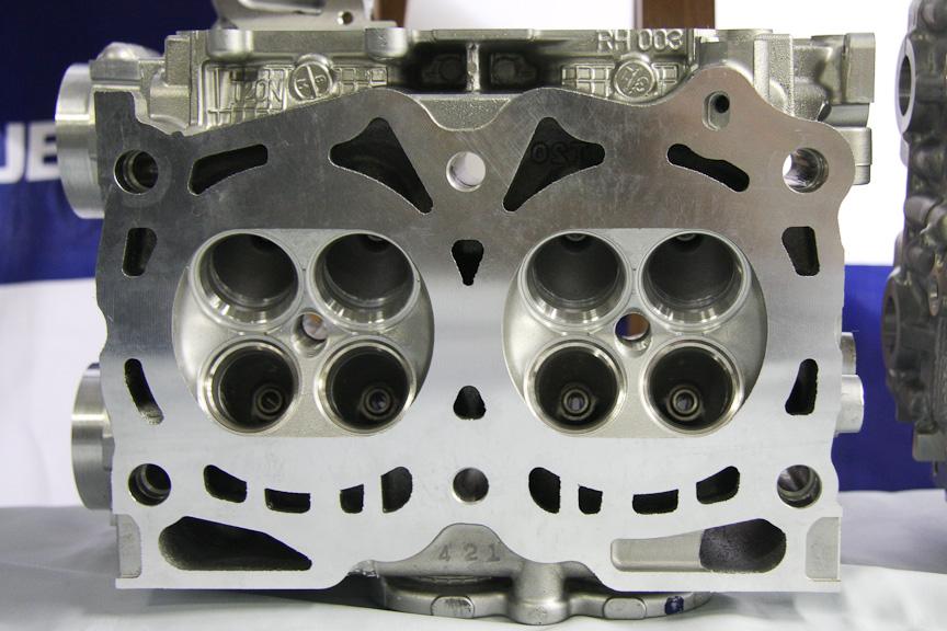 FB20のシリンダーヘッド(写真左)と、EJ20のシリンダーヘッド(写真右)