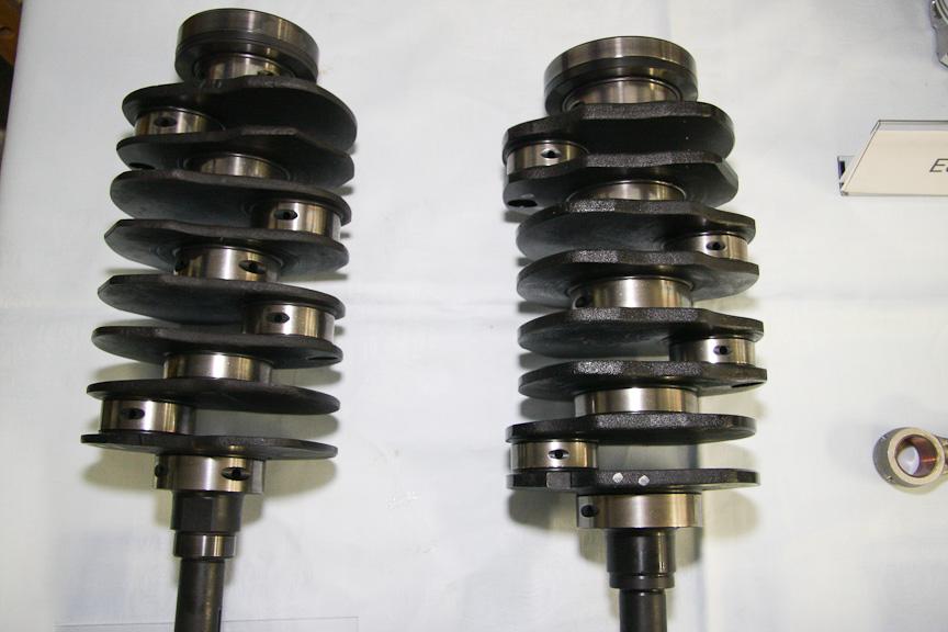 EJ20(左)とFB20(右)のクランク。右のFB20では、クランクマスが厚く(重く)なっている。これは、気筒内の爆発圧力向上に対応するため