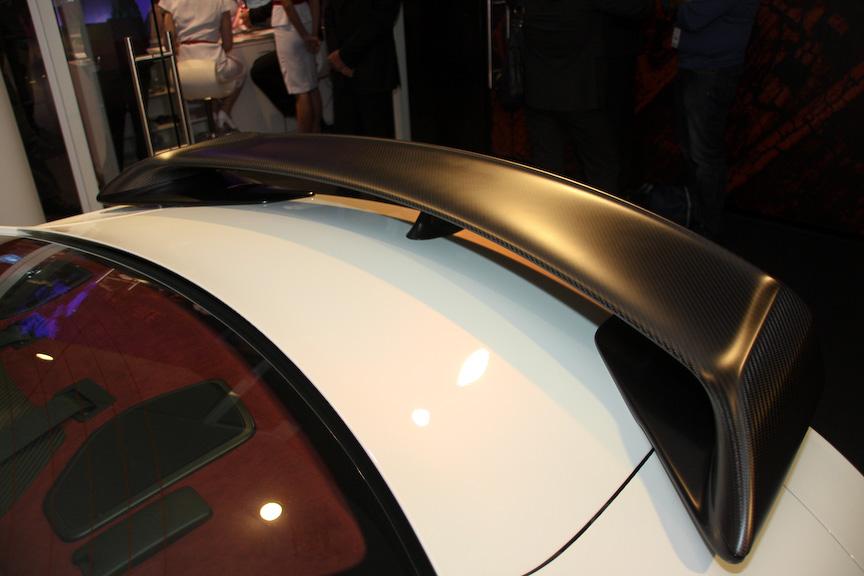 エクステリアはLEDランプが埋め込まれるほか、カーボンリアスポイラーを装備。インテリアはショーカーライクな仕上がり
