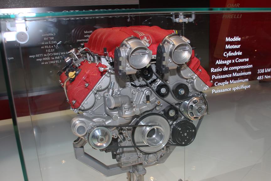 カリフォルニアに搭載されるVバンク角90度のV型8気筒 4297ccエンジン。最高出力338kW、最大トルク485Nm