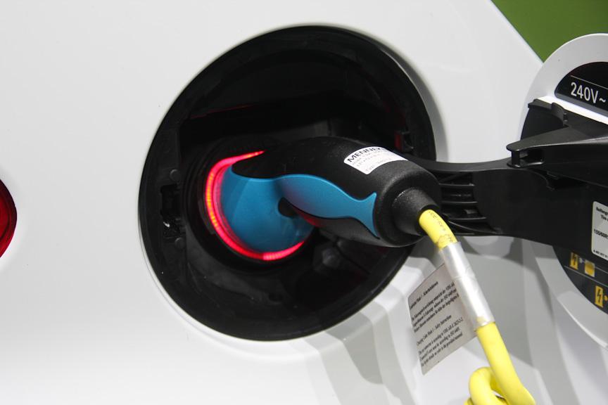 スマート電気自動車はリチウムイオンバッテリーを床下に、モーターをリアに搭載。ガソリン車のフューエルフィラー部に充電用コンセントが用意され、家庭用電源(AC100V/200V)で充電可能