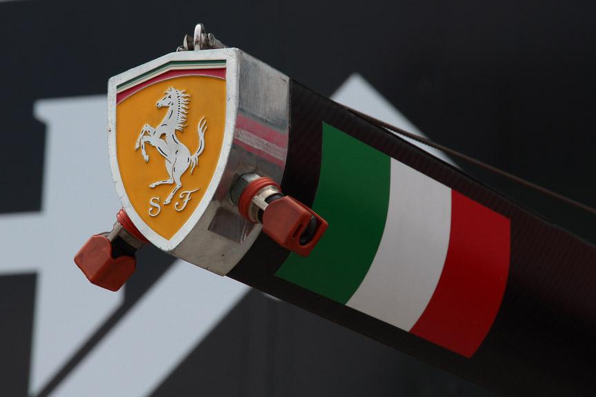 フェラーリは装置の断面が丸でなくエンブレム形状となっている