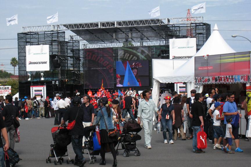 金曜日の昼過ぎ、GPスクエアはそこそこ賑わっていた