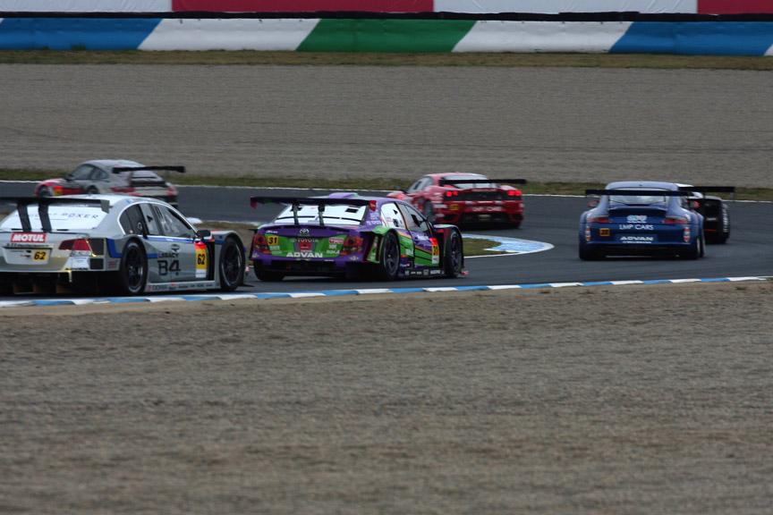 2周目の3コーナーで28号車に抜かれ18位に後退した