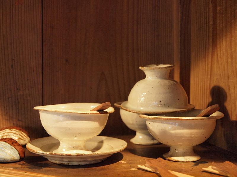 店内には笠間在住の陶芸作家、馬目隆広さんの作品が展示されていました