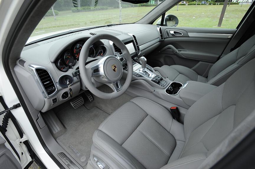 レザーインテリアのカラーは「プラチナグレー」。シートには小穴があいており、シートクーラーも装備
