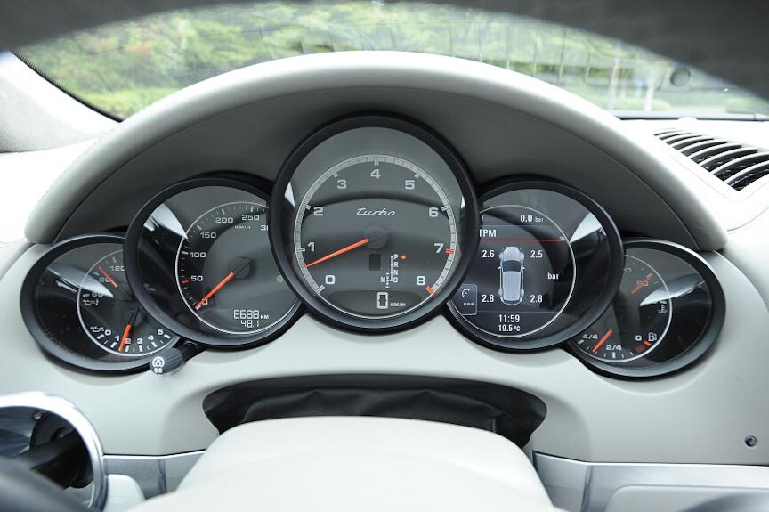 メーターは5連メーター。スピードメーターは左側で目盛が粗いが、タコメーター下にデジタル表示もある。左から2番目はマルチディスプレイ