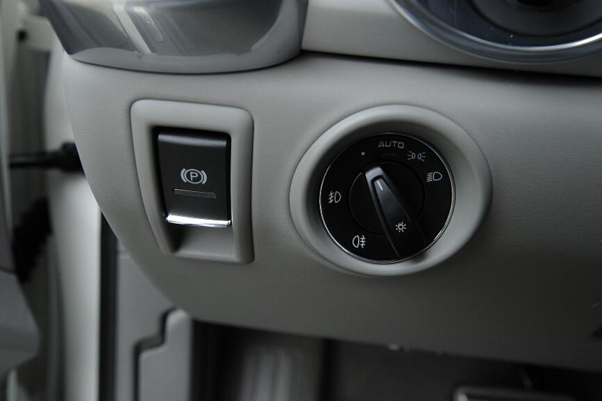 ヘッドライトスイッチは回転して操作するタイプ。フォグはスイッチを手前に引く。パーキングブレーキは電子式