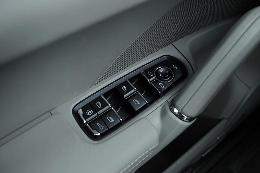 運転席ドアのパワーウインドースイッチ。4枚のウインドーの開閉のほか、ミラーの調整や格納、リアゲートの操作ができる