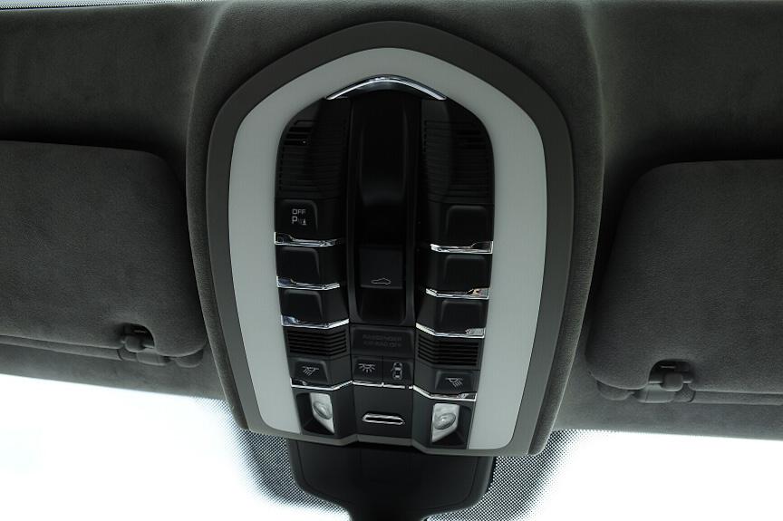 オーバーヘッドコンソールには室内灯のほか、チルト/スライド式電動ガラスサンルーフの開閉スイッチなどがある。エアコンの温度センサーもここにある