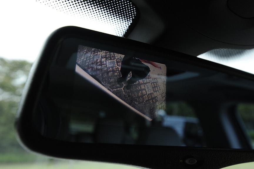 ルームミラーには液晶画面が埋め込まれており、右ミラー下のカメラ映像を表示しておくことができる