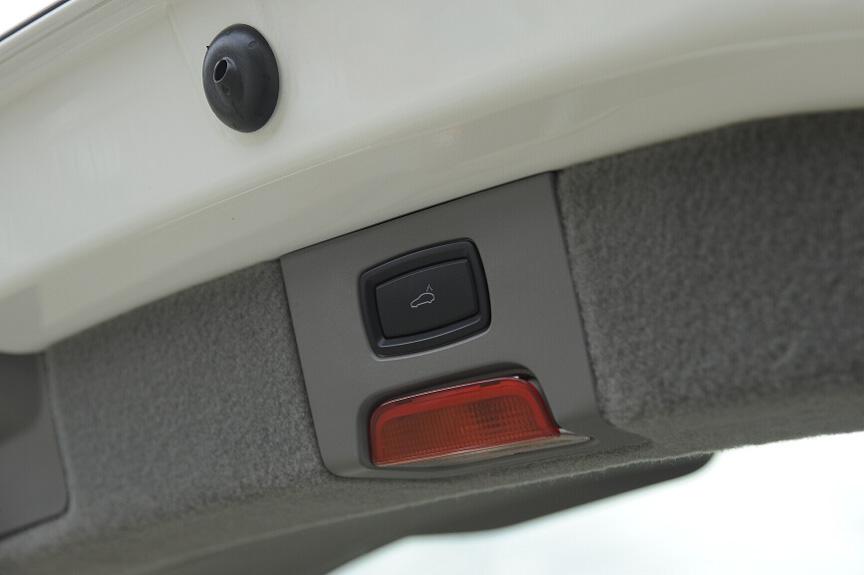 リアゲートは電動クローズとなる。ボタンがゲート裏にある