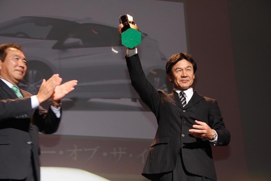 2010-2011日本カー・オブ・ザ・イヤーに輝きトロフィーを掲げる本田技研工業 CR-Z開発責任者の友部了夫氏
