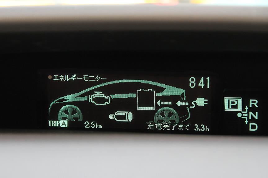 充電中のPHVのエネルギーモニター。さらにダッシュボード上のランプが点灯する