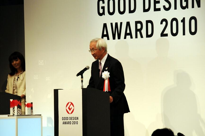 開催のあいさつを行う日本産業デザイン振興会会長の岡村正氏