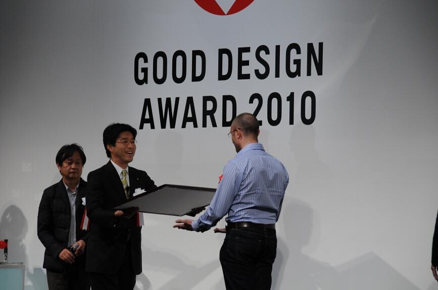 賞状とトロフィーを受け取るダイソンのデザインマネージャー エイドリアン・ニロ氏