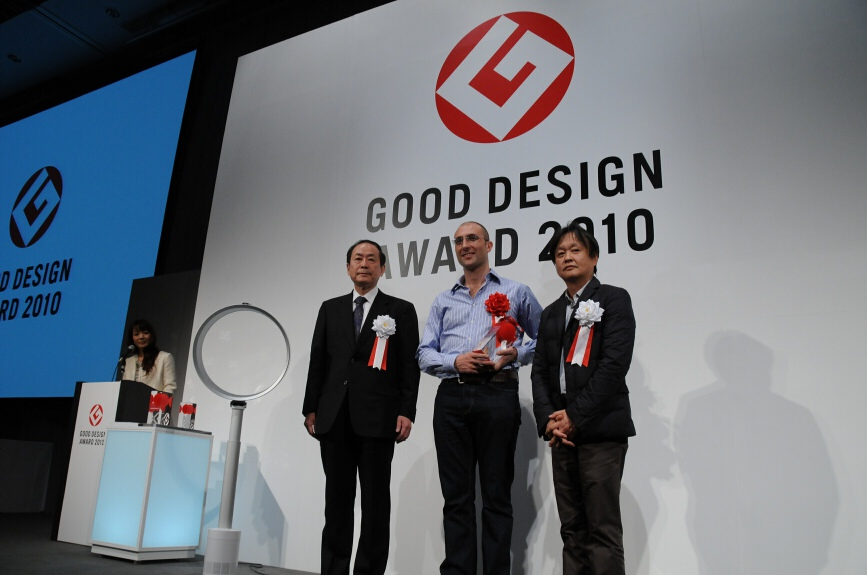 受賞したダイソンのデザインマネージャー エイドリアン・ニロ氏らは、報道陣からのフォトセッションに応えた