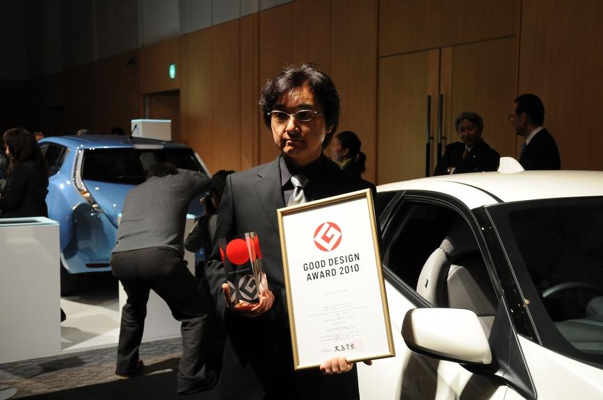 """ホンダ「CR-Z」担当の名倉隆氏は参加者たちと歓談。受賞を逃したことについて「クルマは伸びシロが少なく""""異種格闘技""""では受賞は難しい」とコメントしてくれた"""