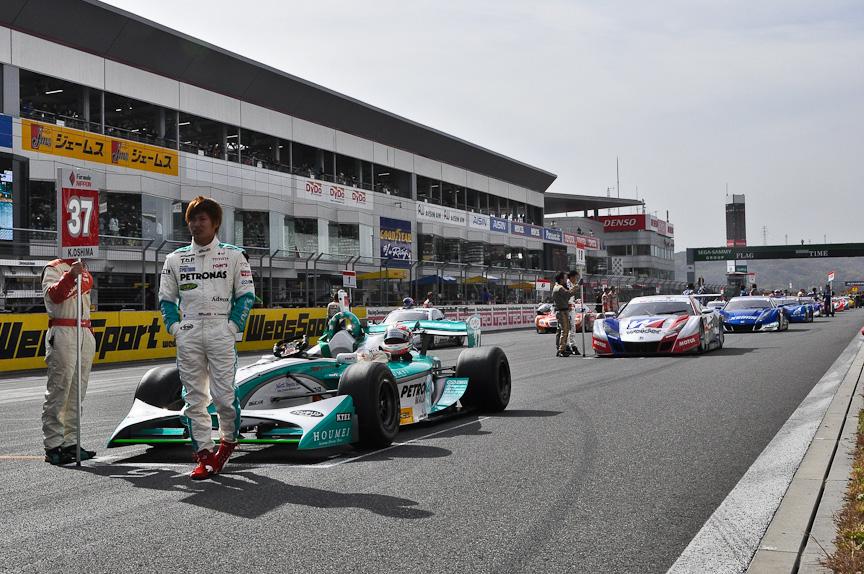 決勝スタート前のオールグリッドウォーク。フォーミュラ・ニッポンとSUPER GTマシンが富士スピードウェイのメインストレートに並べられた