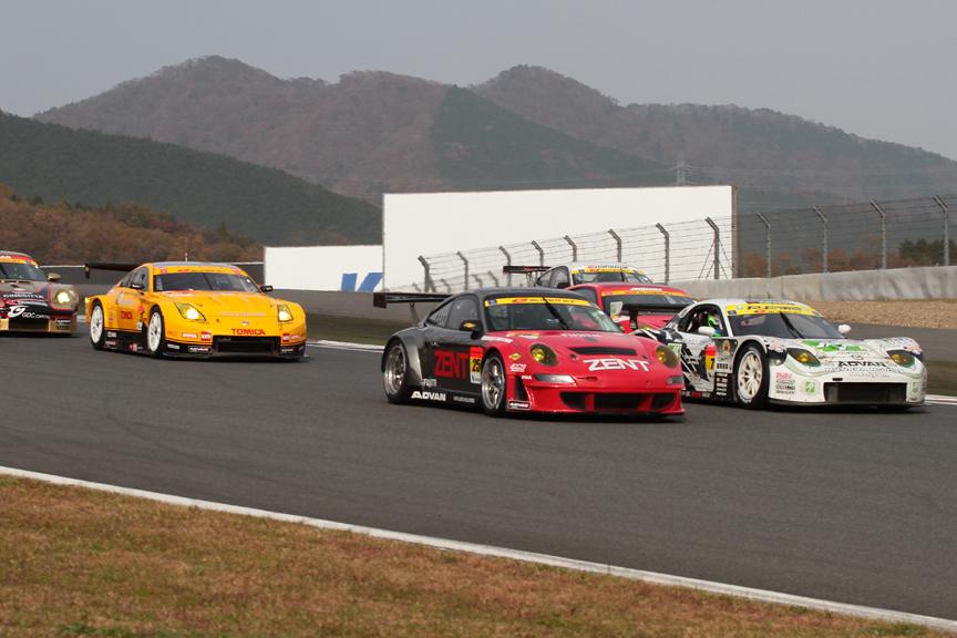 スタート直後の1コーナー。7号車 RX7の後方でコースを外す11号車 JIMGAINER DIXCEL DUNLOP F430