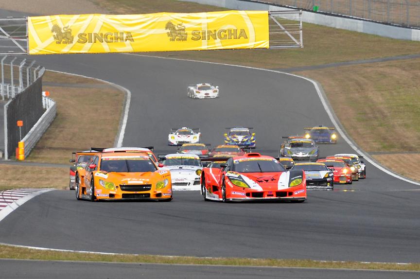43号車 ARTA Garaiyaはコカ・コーラコーナーの進入で1位をキープ