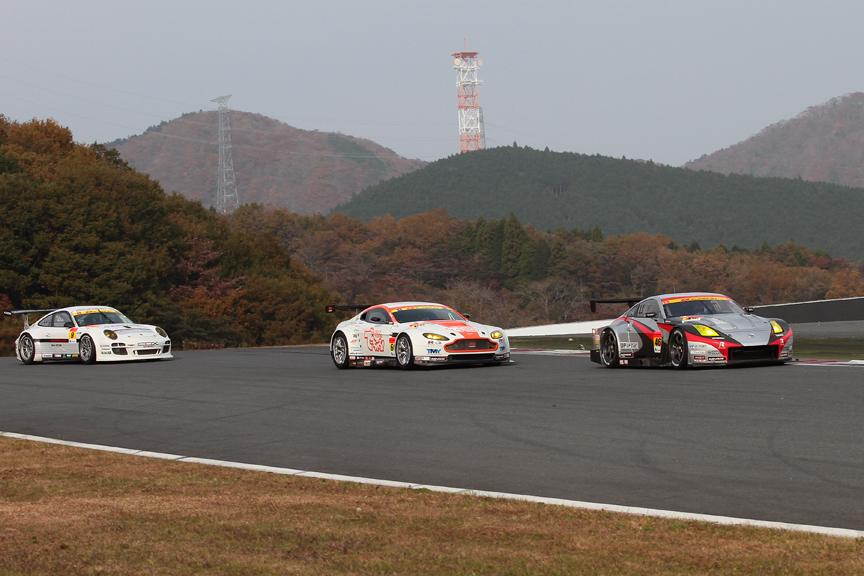 2周目の1コーナー。3位の46号車 MOLA Zと4位の66号車 triple a Vantage GT2