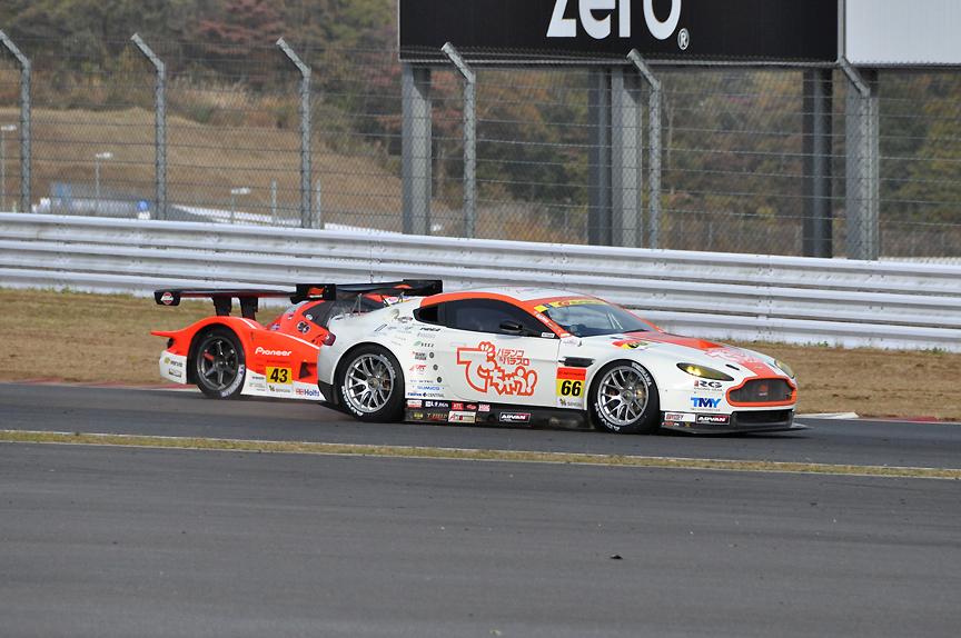 43号車 ARTA Garaiyaは66号車 triple a Vantage GT2にも抜かれ3位に後退