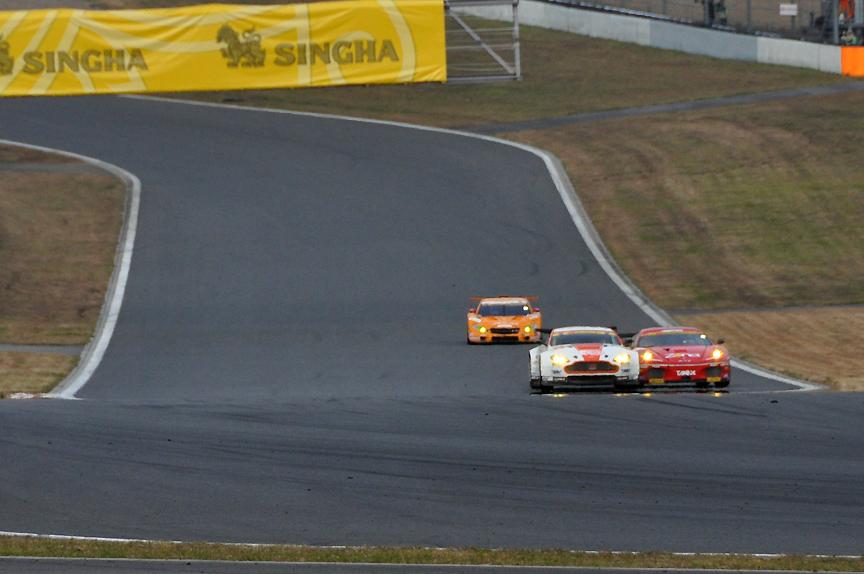 2台は1コーナーから併走。途中2度接触し姿勢を乱した66号車 triple a Vantage GT2が遅れ11号車 JIMGAINER DIXCEL DUNLOP F430が1位に浮上