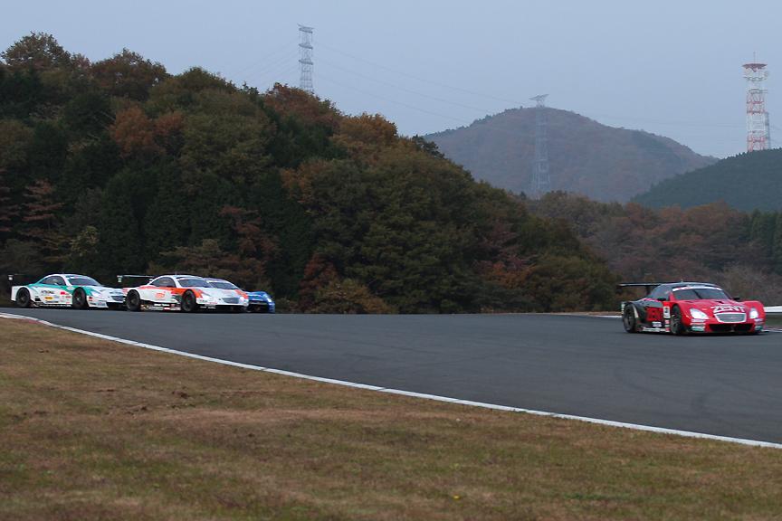 38号車 ZENT CERUMO SC430は後続を引き離し1コーナーを通過