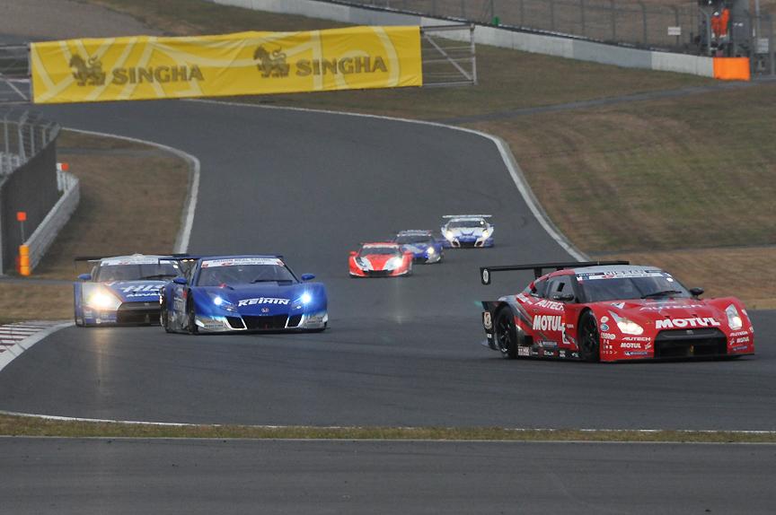 24号車 HIS ADVAN KONDO GT-Rを抜き6位浮上。23号車 MOTUL AUTECH GT-Rを追走する