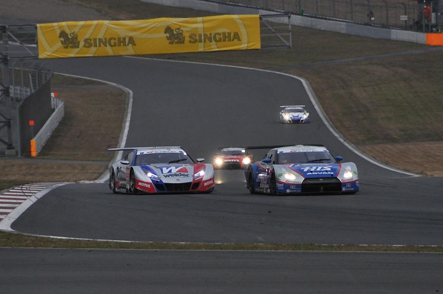 24号車 HIS ADVAN KONDO GT-Rに迫る18号車 ウイダー HSV-010