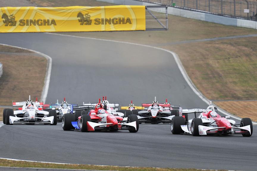 4位以下の集団は伊沢選手を先頭にコカ・コーラコーナーを抜ける