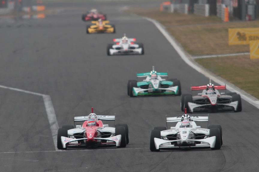 1コーナー進入でデュバル選手が松田選手を抜いた。各所でバトルが見られた