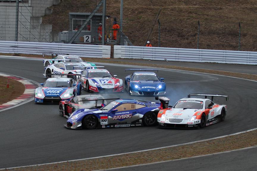 スタート直後の1コーナー。1位は6号車 ENEOS SC430。24号車 HIS ADVAN KONDO GT-Rが38号車 ZENT CERUMO SC430に追突。38号車はスピンし100号車 RAYBRIG HSV-010も巻き込む多重クラッシュとなった