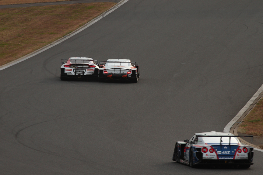 最終コーナーで35号車 MJ KRAFT SC430が18号車 ウイダー HSV-010に並びかけそのまま1コーナーへ。2台はコカ・コーラコーナーまで併走し18号車 ウイダー HSV-010が3位をキープした