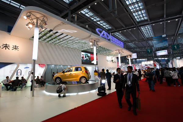 大手メーカー、奇瑞汽車のブース。11月5日には、中央の小型EV「瑞麒M1-EV」を発売するという発表があった。価格は日本円で約188万円~290万円