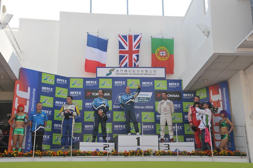 第1レースの表彰式。マニュファクチャラーズチャンピオンを決めたシボレーの関係者も壇上に上がった