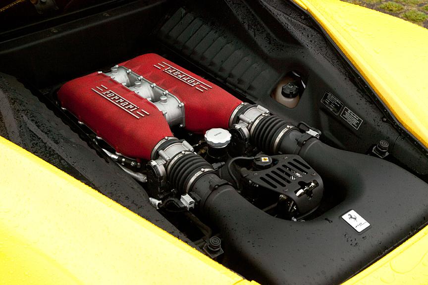 ウインドー内に収められたV型8気筒エンジン。エンジン上部にエアチャンバーは赤く塗られている