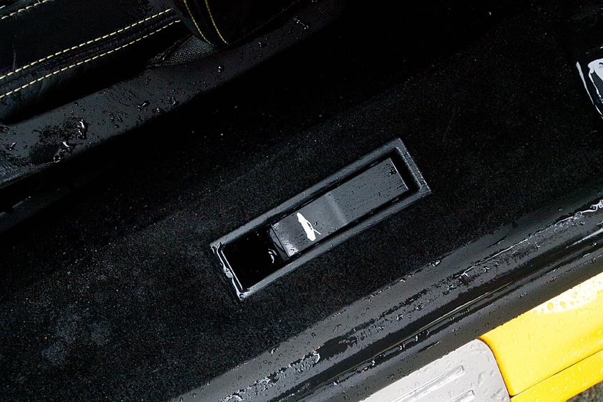 サイドシル部にはエンジンルームのオープナースイッチがある