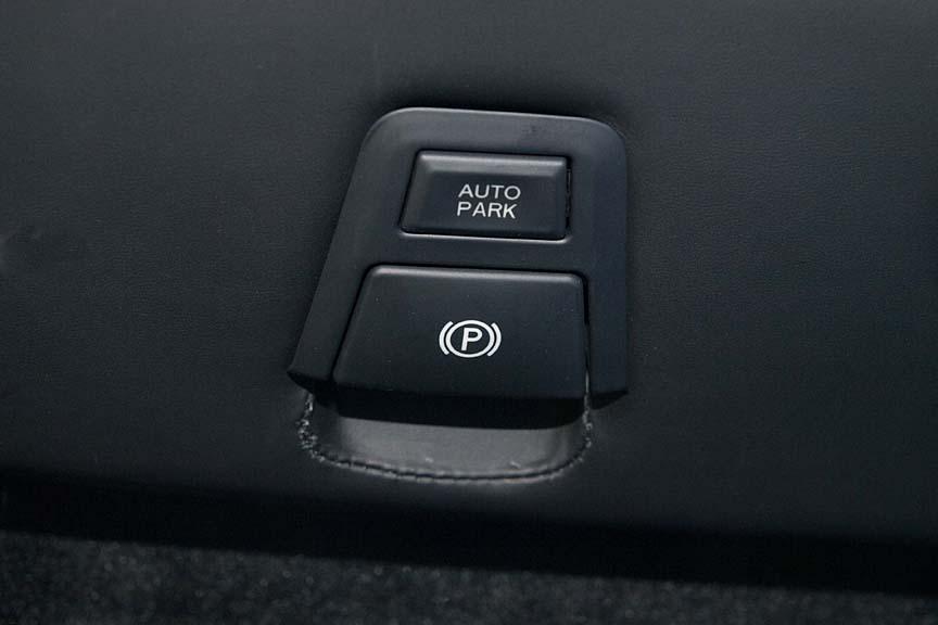 最下段にはオートパークとパーキングスイッチがある。パーキングスイッチは引くとパーキング、押すと解除