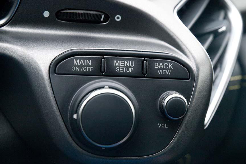 ステアリング右側には右側メーターの操作スイッチとボリュームノブがレイアウトされる