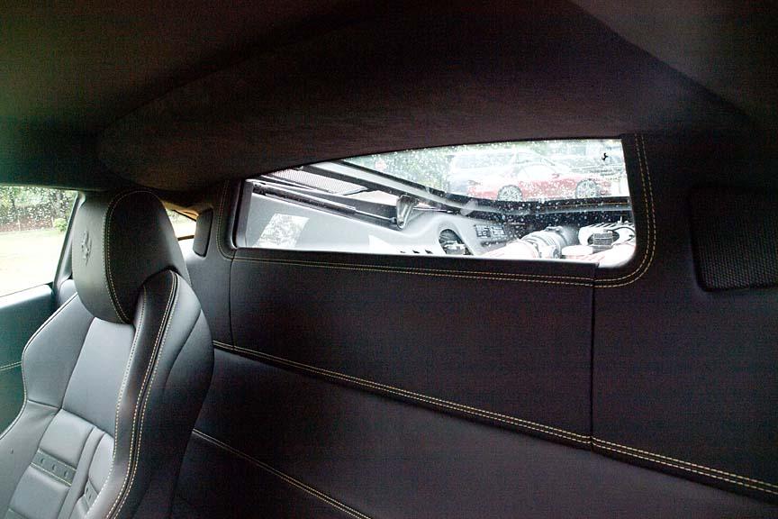 エンジンルームを覗き込むリアウインドー