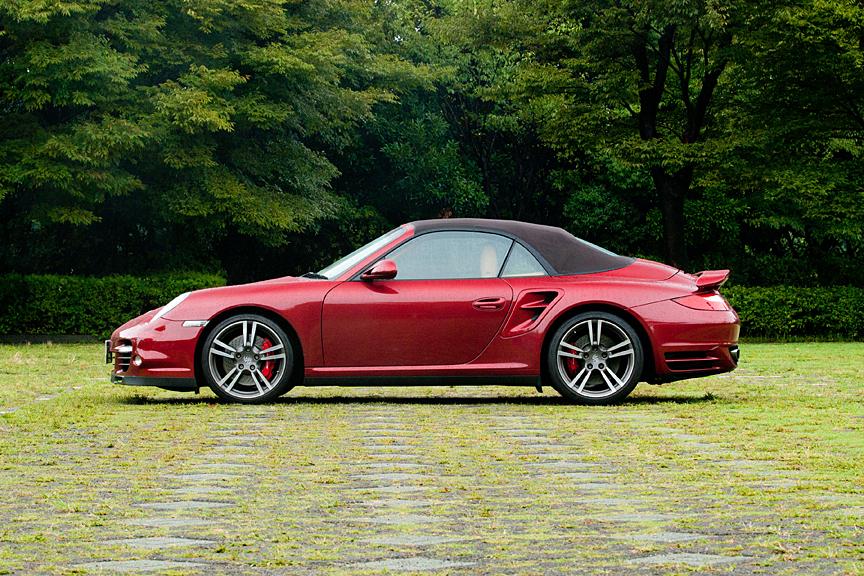 911特有の丸みを帯びたどこか優しいデザインだが、大型化されたフロント開口部や、リア回りの大型ダクトやリアウイングがターボモデルであることを主張する。