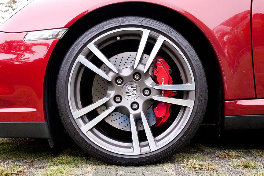 フロントのタイヤサイズは235/35ZR 19、リアは305/30ZR 19。ホイールは19インチ911ターボIIホイールが装着される。ブレーキキャリパーはフロントが6ピストン、リアが4ピストン。オプションでポルシェ・セラミックコンポジット・ブレーキ(PCCB)が用意される(ターボSには標準装備)