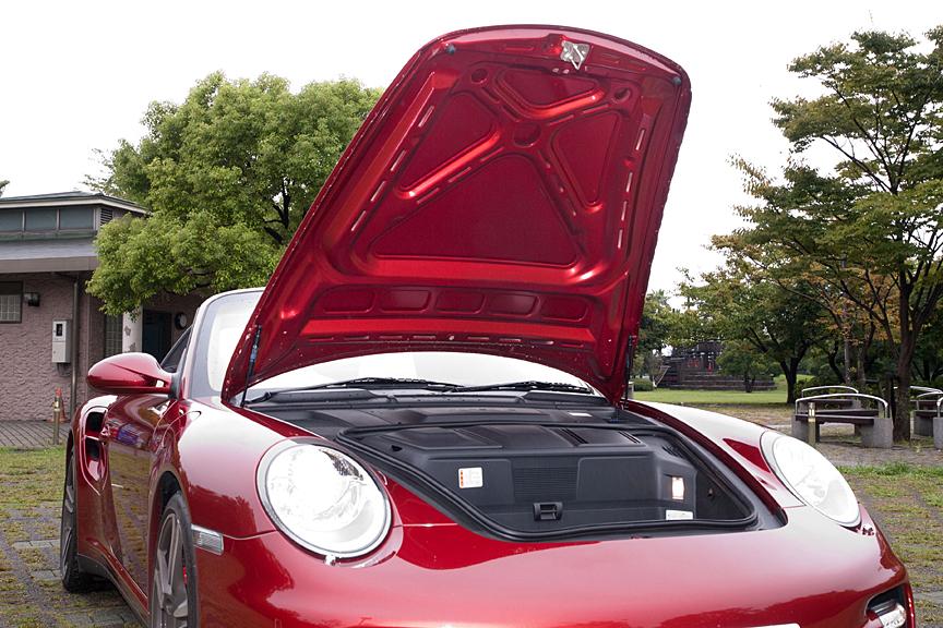 フロントトランク開口時。開口部は小さいが深さはあり容量は105L。ルーフオープン時に風の巻き込みや風切り音を抑えるウィンドウディフレクターが収納されている