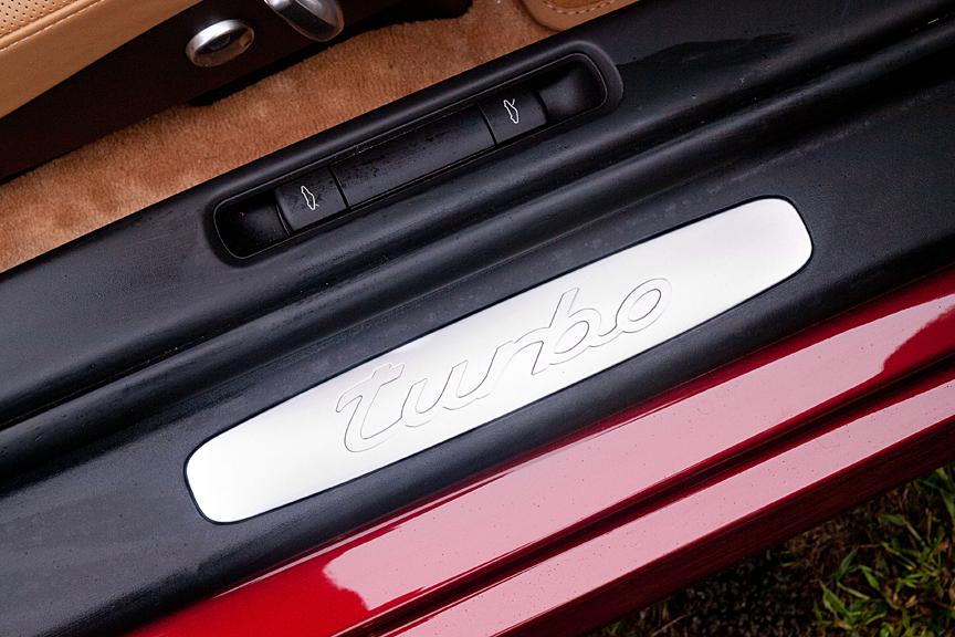 ドアステップ部には「turbo」ロゴがあしらわれる。内側にはトランクとエンジンフードのオープンボタンが用意される
