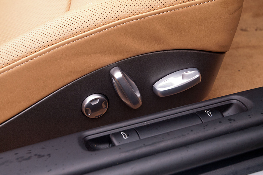 シートポジションは電動。シートサイドにスイッチが設けられる