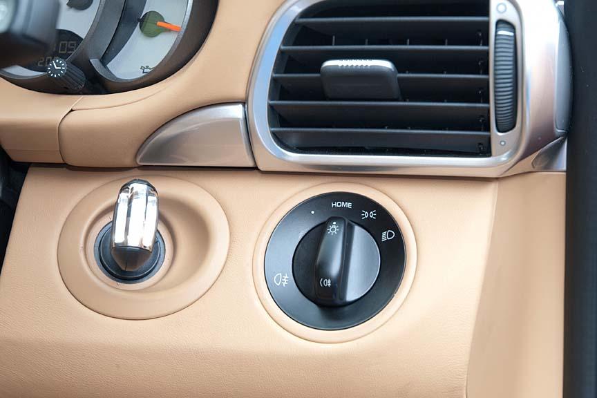 ステアリング右側には、キーシリンダーとヘッドライトスイッチが用意される